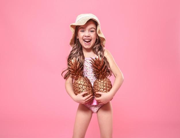 Garota verão alegre com abacaxi em fundo colorido