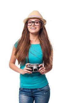 Garota verão com câmera retro