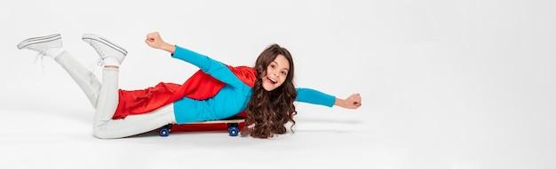 Garota vestida com fantasia de super-herói