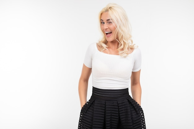 Garota vestida com uma camiseta branca e saia preta flerta com o espaço da cópia
