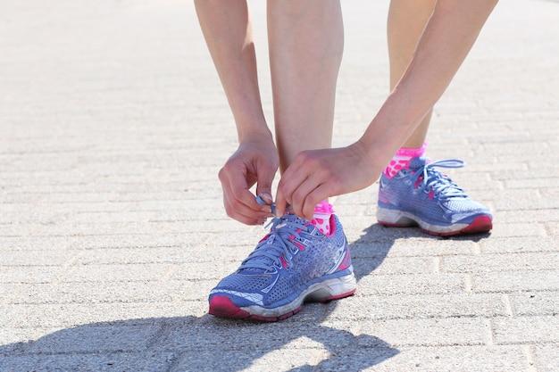 Garota vestindo sapatos de desporto