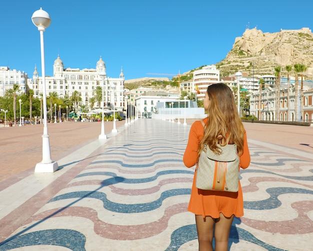Garota viajante caminhando pelo calçadão de alicante, espanha