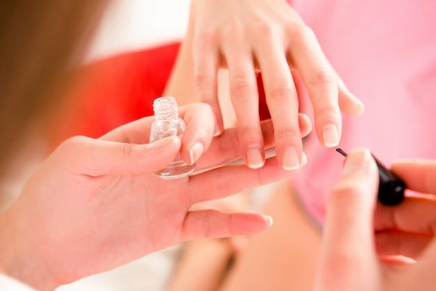 Garotas alegres de pijama fazendo manicure
