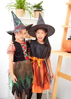 Garotas asiáticas em traje de halloween em casa
