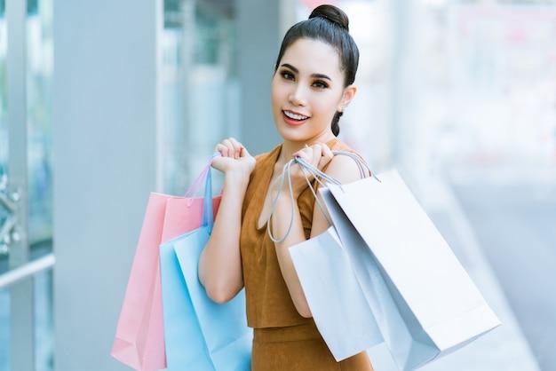 Garotas asiáticas estão se divertindo com suas compras.