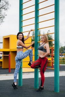 Garotas atléticas e sexy praticam esportes ao ar livre. fitness, estilo de vida saudável.