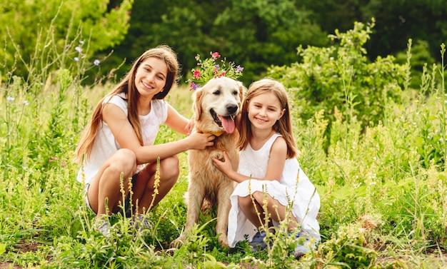 Garotas bonitas brincando com cachorro fofo