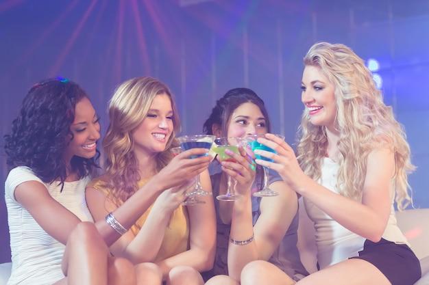 Garotas bonitas com cocktails