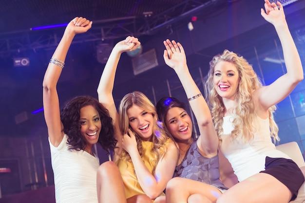 Garotas bonitas com os braços para cima