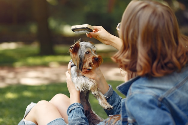 Garotas bonitas em um parque brincando com cachorro