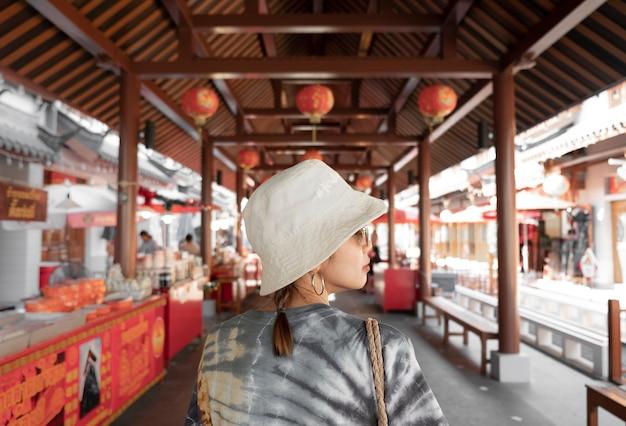 Garotas bonitas estão comprando mercado da cidade de china na tailândia.