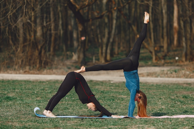 Garotas bonitas fazendo yoga