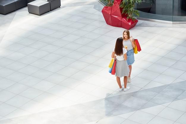 Garotas bonitas no shopping center