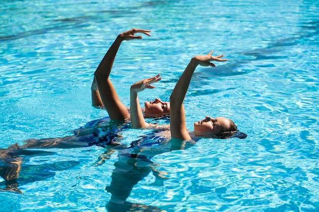 Garotas bonitas posando na água