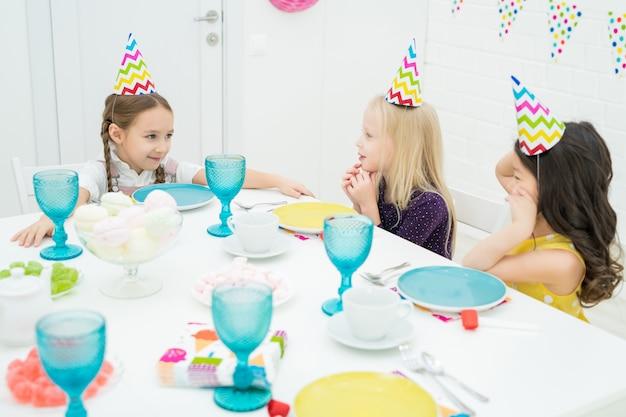 Garotas bonitas se divertindo no jantar de aniversário