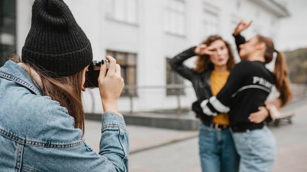 Garotas bonitas tirando fotos ao ar livre