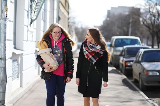 Garotas caminhando em um dia ensolarado
