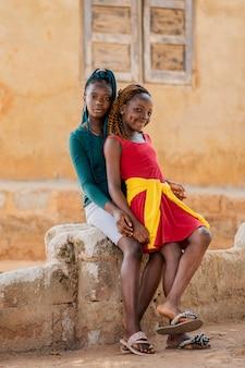 Garotas completas posando ao ar livre