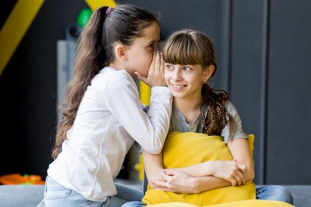 Garotas contando um segredo