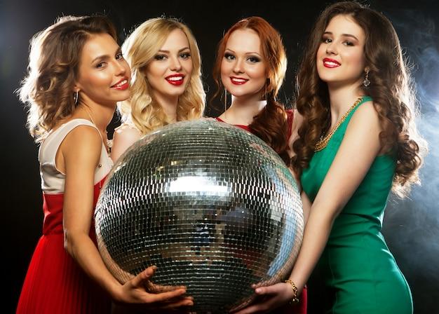 Garotas de festa com bola de discoteca