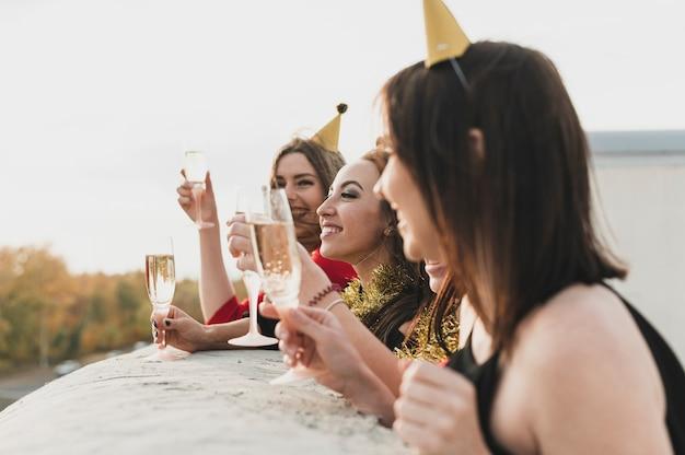 Garotas de festa imaginando a vista do telhado