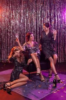 Garotas em uma festa. estrelas de hollywood. a comemorar.