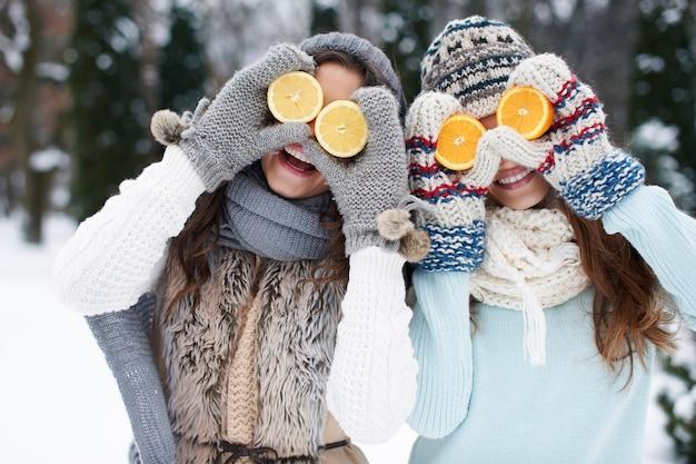 Garotas engraçadas com vitaminas naturais no inverno