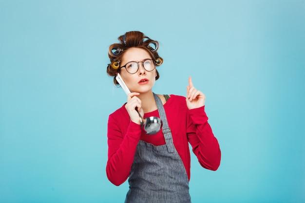 Garotas engraçadas segurar concha como telefone tirando sarro enquanto cozinha