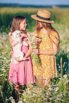 Garotas felizes no campo de trigo garotas lindas em vestidos brancos ao ar livre