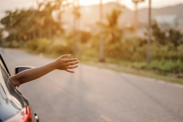 Garotas felizes, viajando, curtindo as férias e relaxando com os amigos juntos, obtêm a atmosfera