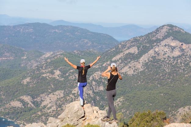 Garotas fotografando em caminhada nas montanhas da turquia