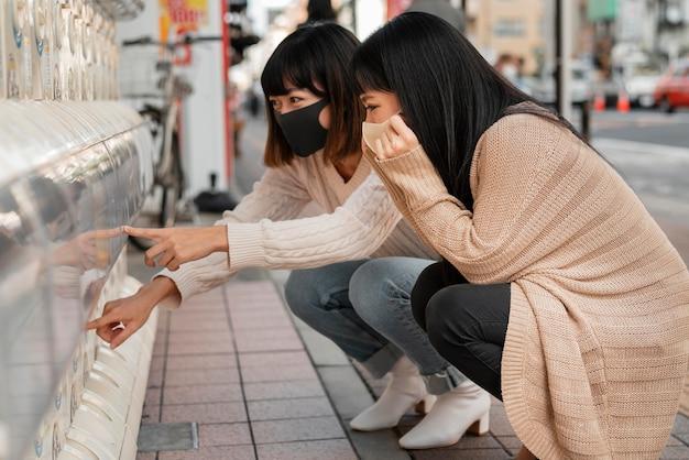 Garotas lindas asiáticas comprando juntas