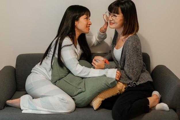 Garotas lindas asiáticas experimentando produtos de maquiagem