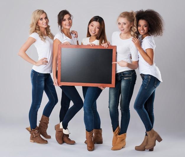 Garotas lindas com quadro-negro vazio