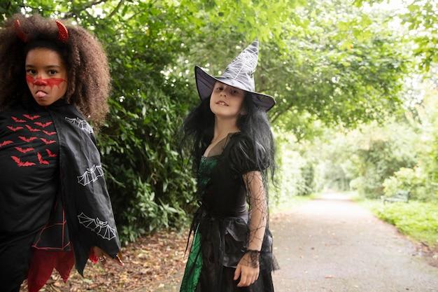 Garotas lindas em fantasias fofas no dia das bruxas