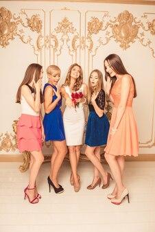 Garotas lindas parecendo surpresas com a aliança de casamento