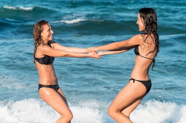 Garotas lindas se divertindo na praia