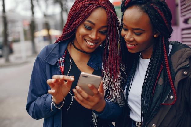 Garotas negras em uma cidade