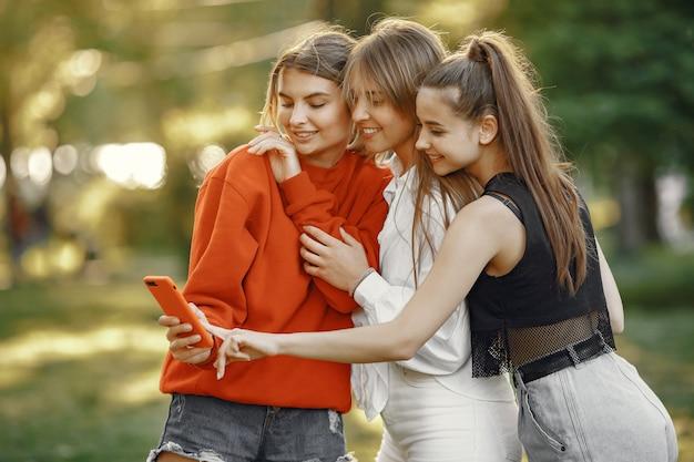 Garotas passam um tempo em um parque de verão