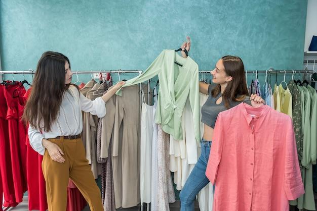 Garotas passando tempo fazendo compras na loja de moda