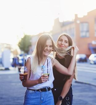 Garotas se divertem com bebidas