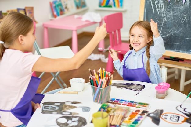 Garotas se divertindo na aula de arte