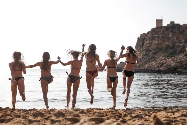 Garotas se divertindo na praia