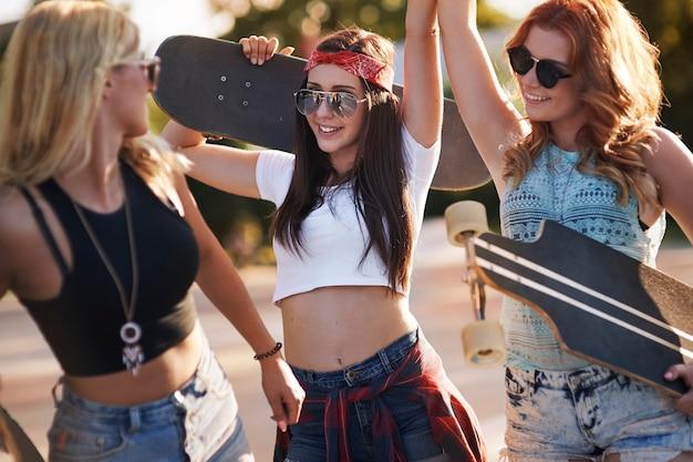 Garotas se divertindo no skatepark Foto gratuita