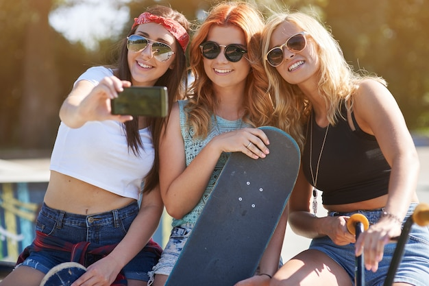 Garotas se divertindo no skatepark
