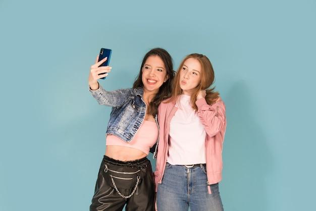Garotas tirando selfie