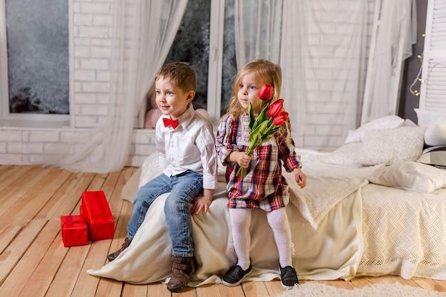 Garotinha e menino aproveitam a vida crianças atraentes para sempre amigos