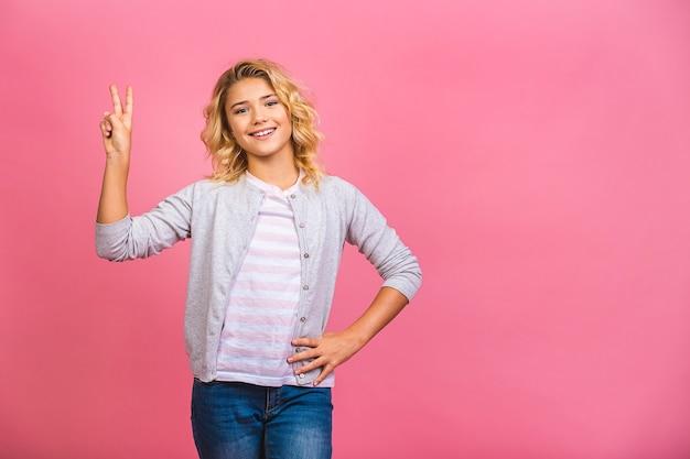 Garotinha feliz vencedora comemorando algo e levantando os braços