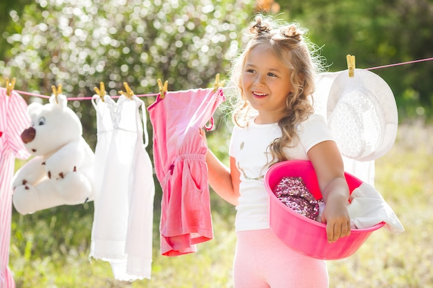 Garotinha fofa lavando roupa