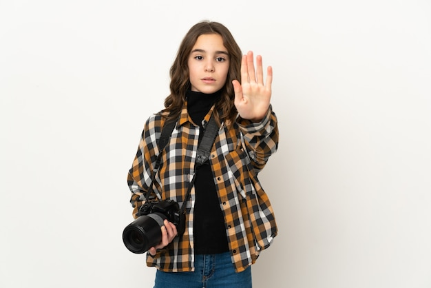 Garotinha fotógrafa isolada no fundo fazendo um gesto de parada